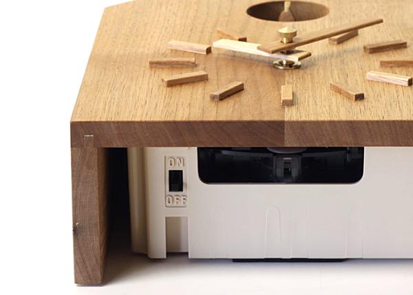 鳴き声のオンオフは下側のスイッチで切り替えます。