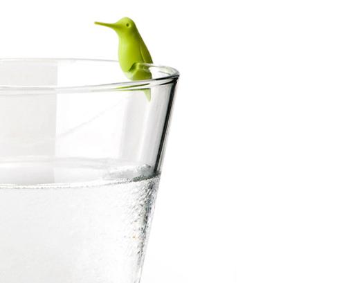 グラスの飲み口に挟んで使います。