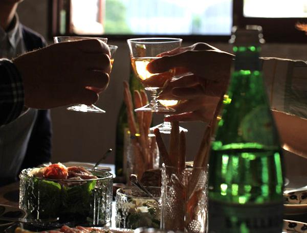おしゃれなワイングラスで乾杯