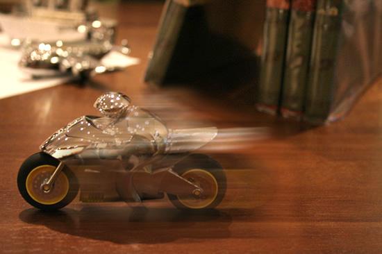 後ろに引くと走るバイク