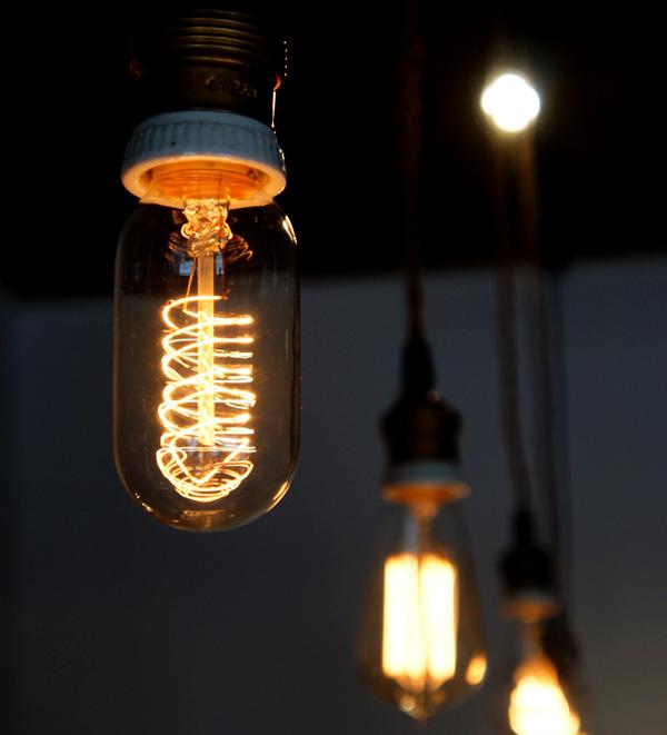 エジソンバルブに光を灯した画像