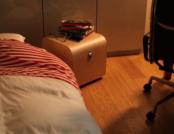ベッドのサイドテーブルとして使っている画像