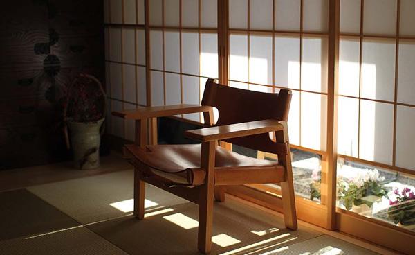 椅子を和室に置いた雰囲気の画像