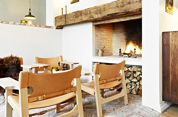 暖炉のある部屋に椅子を置いたときのイメージ画像