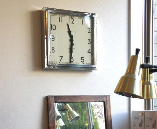 時計を壁に掛けた雰囲気の画像
