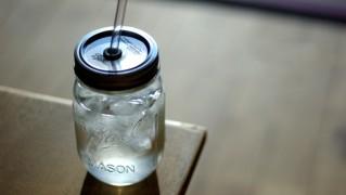 ストローが通せるフタ付きおしゃれグラス「レッドネック シッパー グラス」の画像