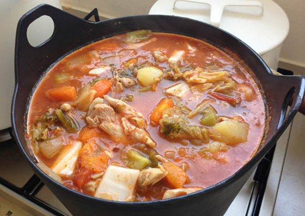 鍋で作った料理の画像