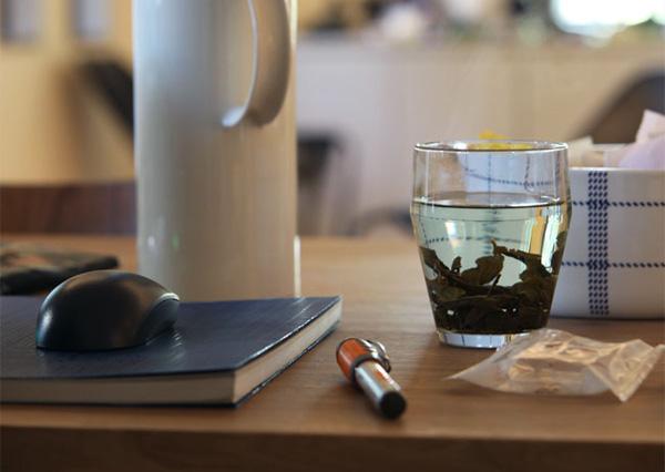たっぷりお茶が入ったグラスの画像