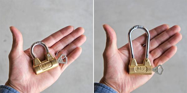 手の平に鍵を乗せて並べた画像