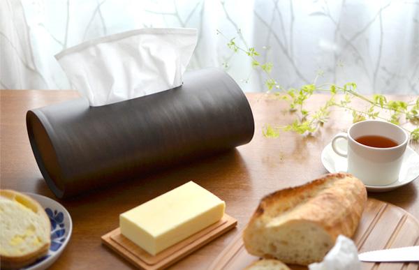 ティッシュボックスケースをテーブルの上に置いた雰囲気の画像