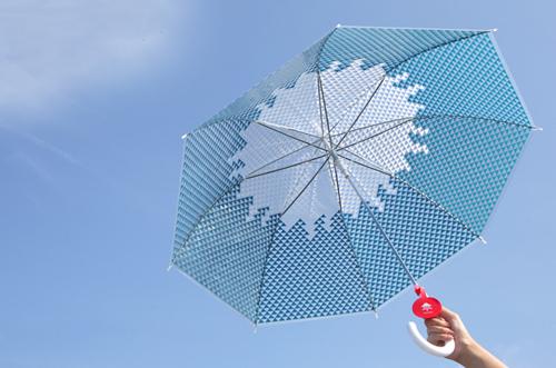 富士傘を開いて空に向けている画像