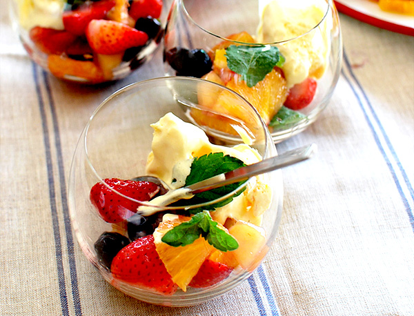 グラスにフルーツが入っている画像