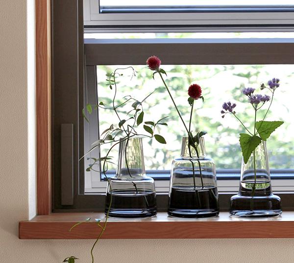 3つのフローラを窓際に飾った雰囲気の画像