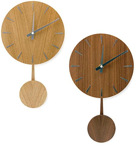 2種類のカラーの振り子時計を並べた画像