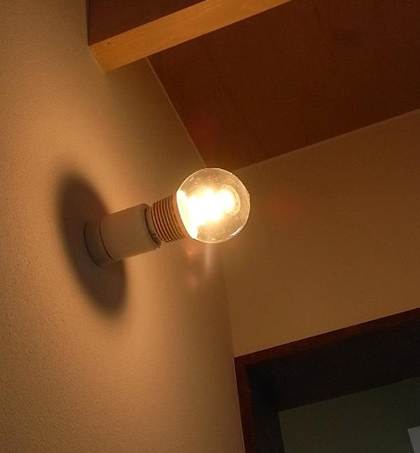 壁照明として光を灯している雰囲気の画像