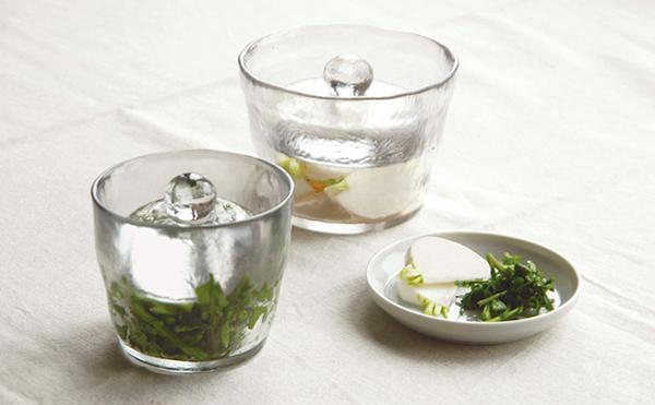 食卓に浅漬鉢を置いた画像