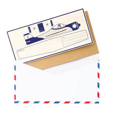 台紙と一緒に封筒に便箋を入れている画像