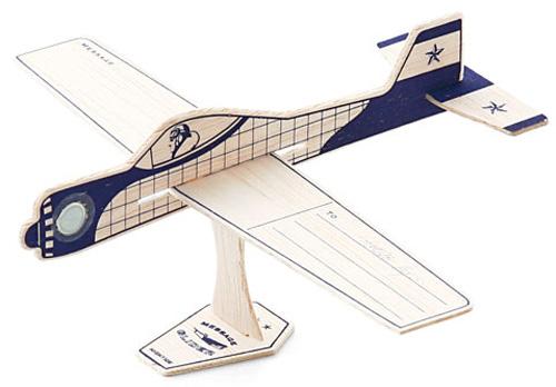 部品を組み立てて飛行機が完成した画像