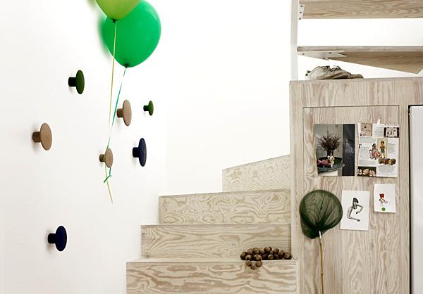 階段の壁にザ・ドッツを取り付けた雰囲気の画像