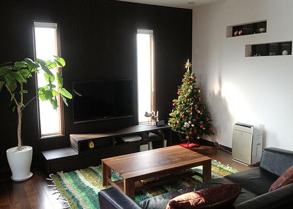 シックな部屋に飾られたツリーの画像