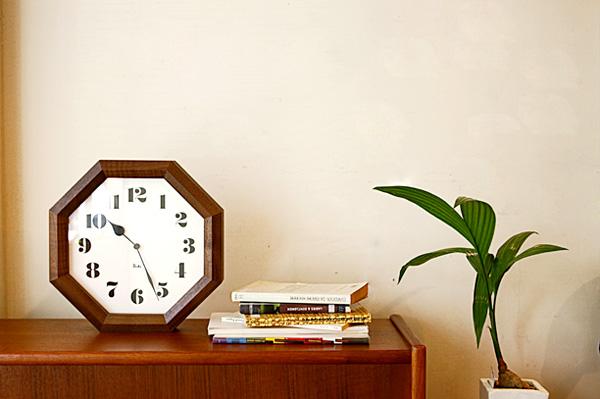 時計を棚に置いた雰囲気の画像
