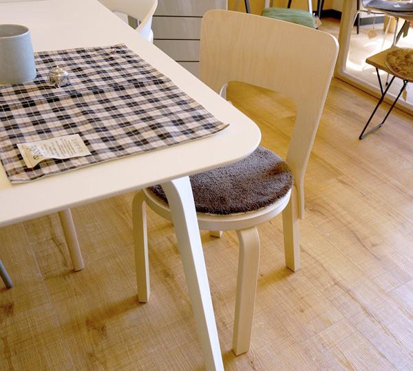 テーブルと椅子を合わせた雰囲気の画像