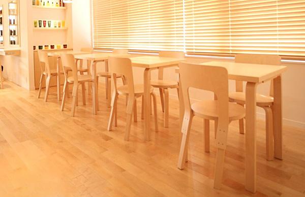 椅子を複数並べた画像