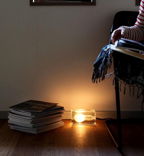 ブロックランプを床に置いて点灯している画像