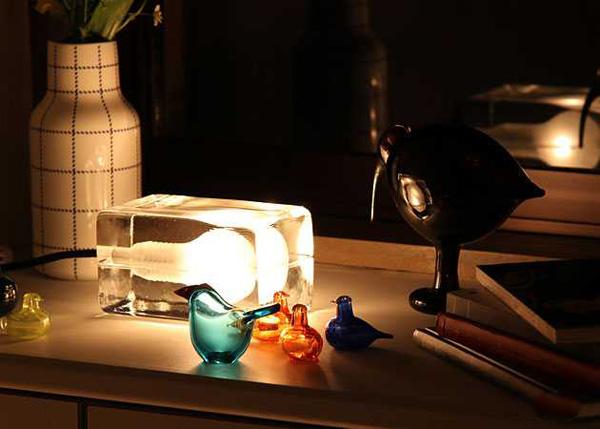 ブロックランプを棚に置いて点灯している画像