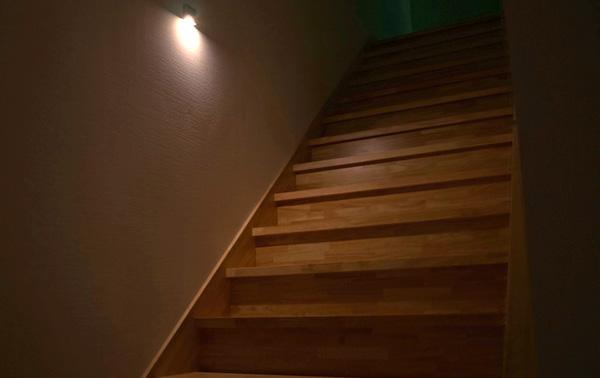階段の壁でセンサーライトが光っている画像