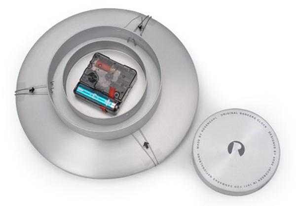 裏側の電池と時刻合わせ部分の画像