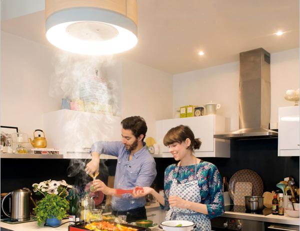 仲良さそうな2人がクーキレイの下で料理をしている画像
