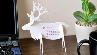 カレンダーを机の上に飾っている画像