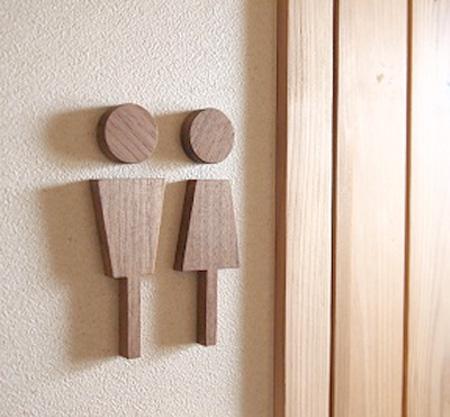 ハコア トイレサインをトイレ脇の壁に貼り付けた画像