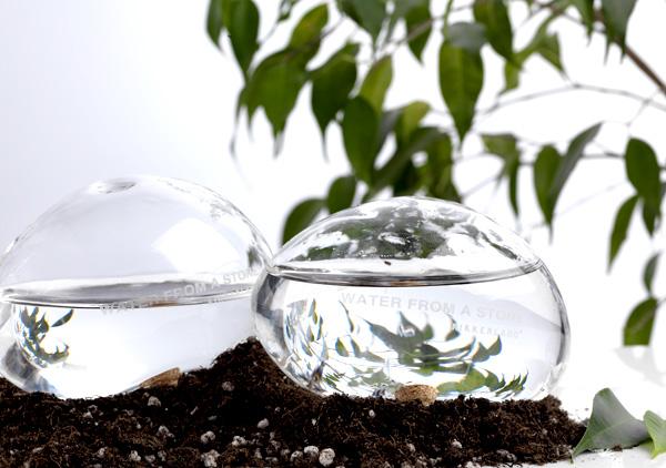 旅行、留守中の植物への水やり器「KIKKERLAND WATER FROM A STONE(キッカーランド ウォーターフロム ストーン)」の紹介