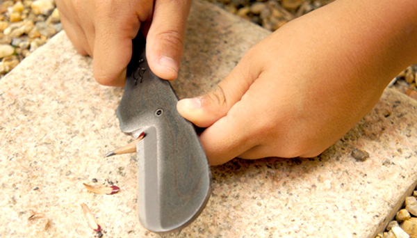 マッコウクジラナイフで鉛筆を削っている画像
