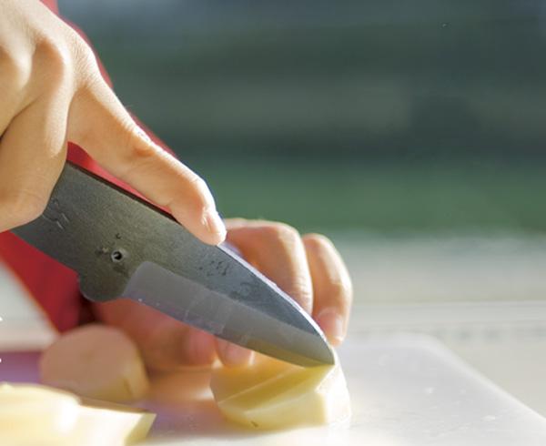 ナガスクジラナイフでジャガイモを切っている画像