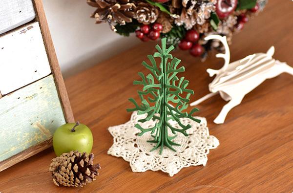 棚にクリスマスツリーを飾った画像