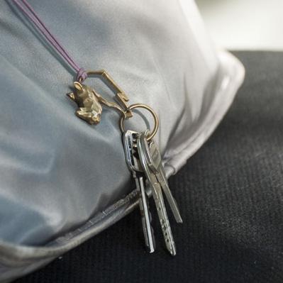 鍵にキーホルダーを付けている画像