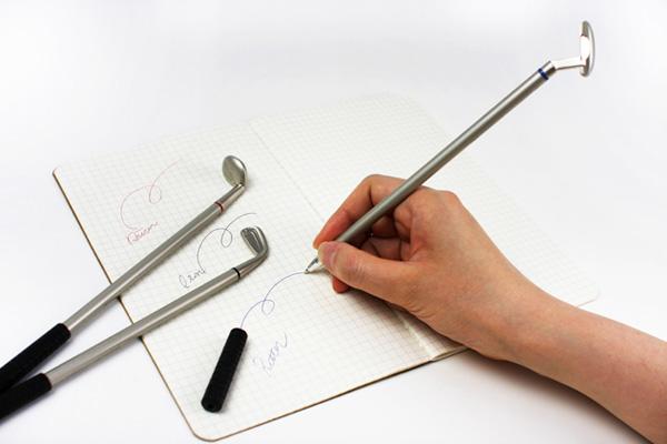 ゴルフクラブ型ボールペンを使っている画像