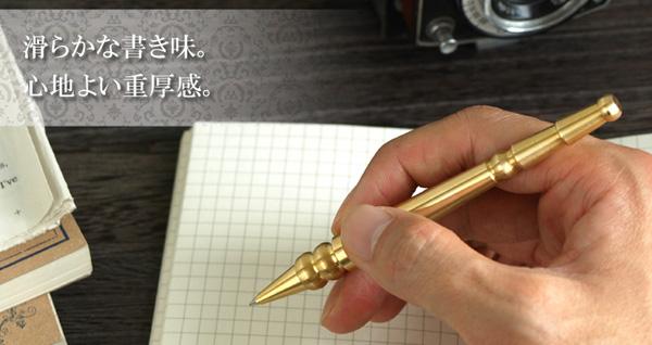 ペンを手に持っている雰囲気