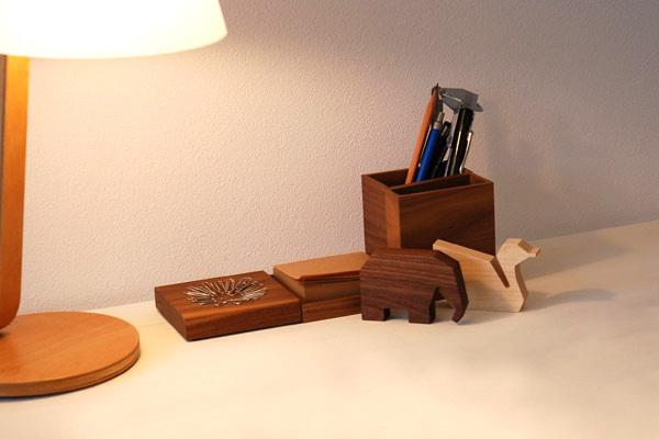 机の上に動物型USBメモリを置いた雰囲気画像