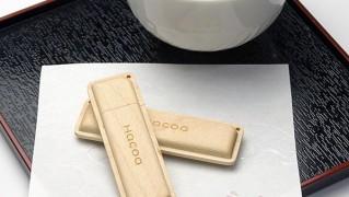 お茶の横にUSBメモリを置いた画像
