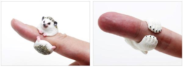 アニマルリングを指に通した画像