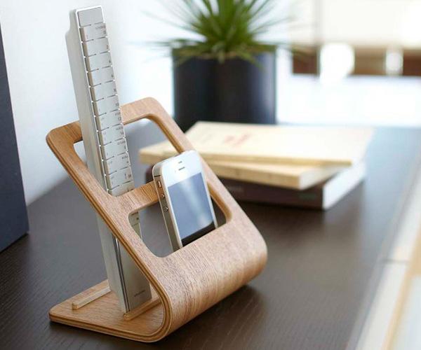 木製サイドボードにリモコンラックを置いた雰囲気画像