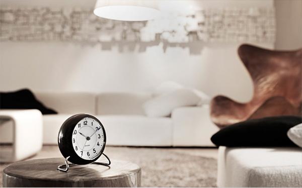 時計を置いた部屋の雰囲気画像
