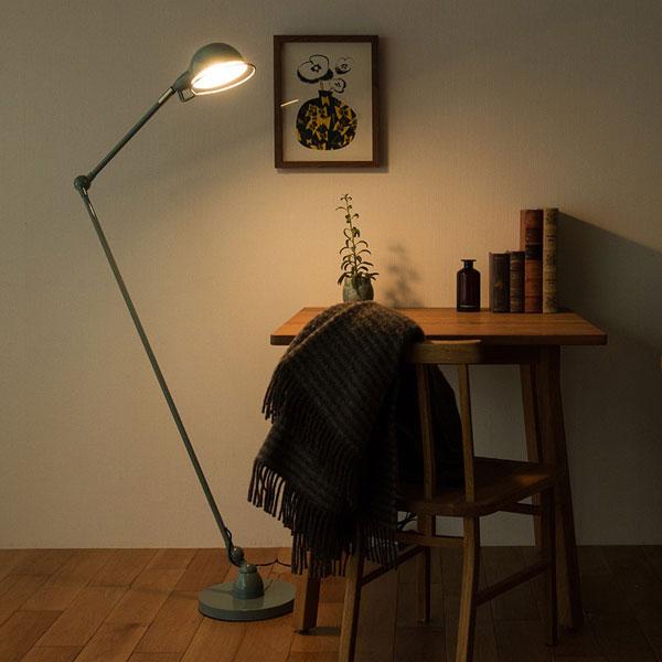 暗い部屋でランプを照らしている雰囲気画像