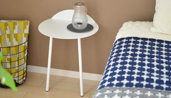 ベッドサイドにテーブルを置いた雰囲気