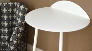 壁に立てかける2本足のサイドテーブル