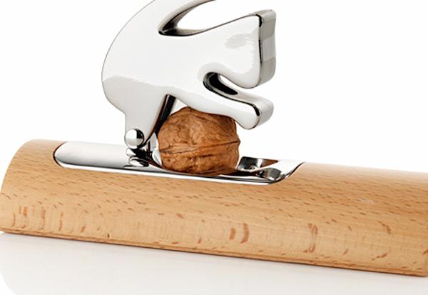 リスがナッツを挟んでいる画像